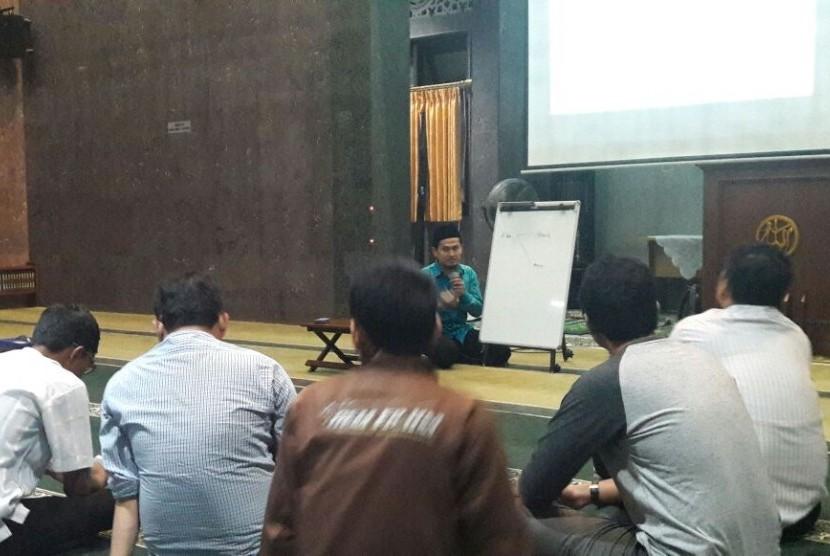 Ustadz Thuba Jazil bin Damanhuri rutin mnengisi kajian rutin ekonomi Islam di Masjid Alumn IP Bogor, Jawa Barat, setiap Senin, ba'da Maghrib.