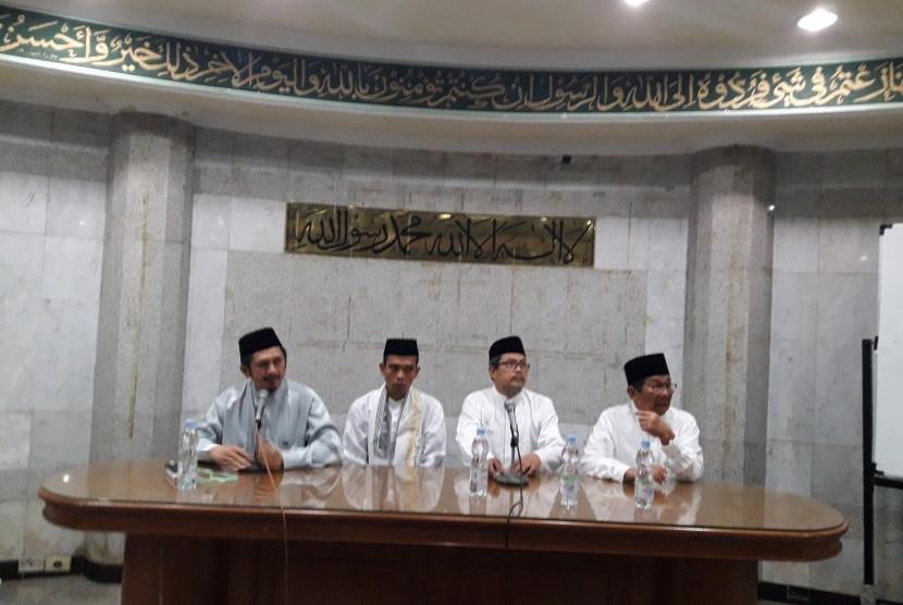 Ustaz Abdul Somad (kedua dari kiri) pada pertemuan dengan para ulama di Masjid Agung Sunda Kelapa (MASK) Jakarta, Jumat (2/2).