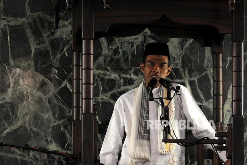 Ustaz Abdul Somad saat menyampaikan khutbah Jumat di Masjid Agung Sunda Kelapa, Menteng, Jakarta, Jumat (2/2).