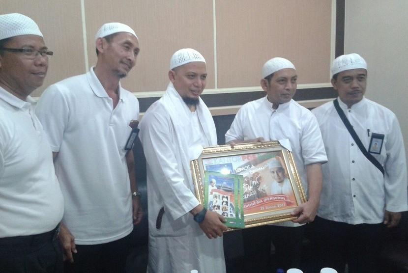 Ustaz Arifin Ilham foto bersama dengan Kepala Regional IV PT POS Indonesia Syamsul BP Nasution usai memimpin zikir dan doa bersama di Masjid Al-Abror Kompleks Gedung Pos Ibu Kota