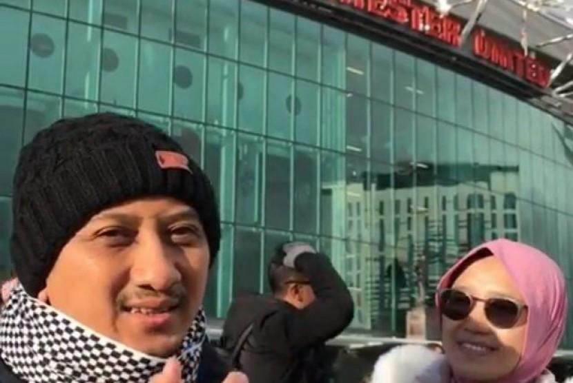 Ustaz Yusuf Mansur bersam Istri saat berada di stadion Manchester United, Inggris