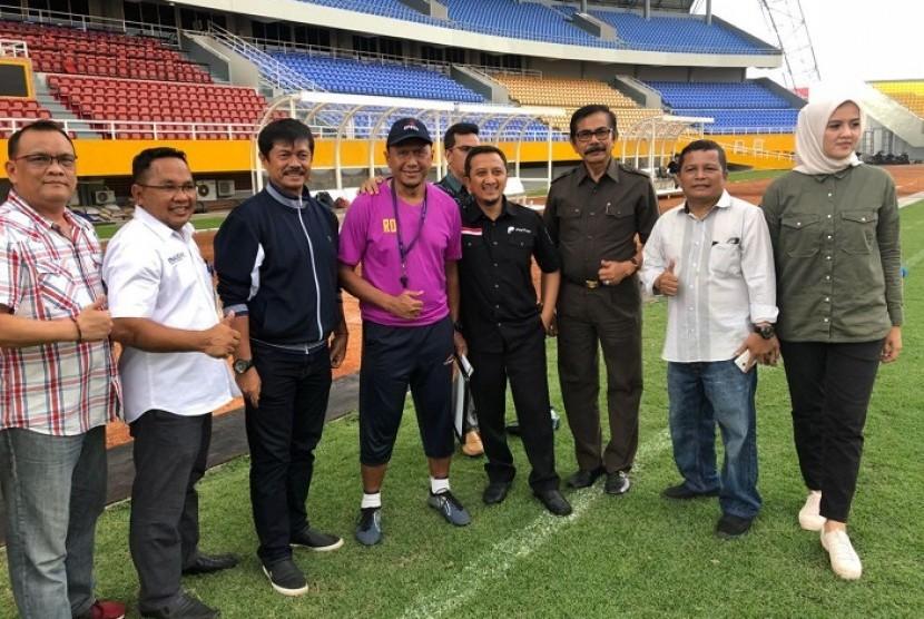 Ustaz Yusuf Mansur (keempat kanan) memegang bahu pelatih Sriwijaya FC Rahmad Darmawan di Stadion Gelora Sriwijaya Jakabaring, Selasa (20/2). Ustaz YM hadir bersama mantan pelatih timnas U-19 Indra Sjafri (ketiga kiri) untuk menjajaki kerja sama sponsorship dengan Sriwijaya FC.