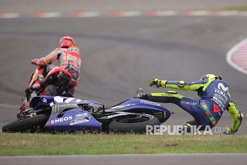 Valentino Rossi (kanan) terjatuh setelah ditabrak Marc Marquez pada MotoGP Argentina di Sirkuit Termas de Rio Hondo.