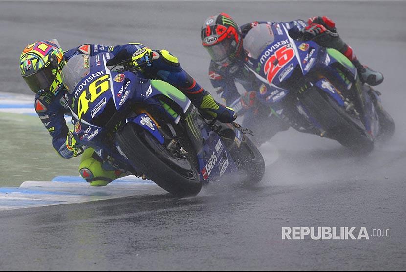 Valentino Rossi memacu Yamaha diikuti Maverick Vinales pada Grandprix MotoGP Jepang di sirkuit Twin Ring Motegi, Motegi, Jepang.