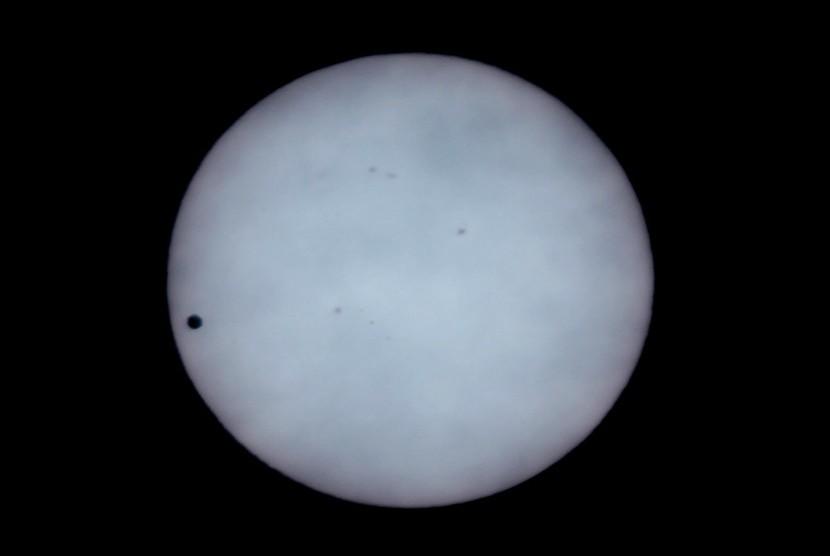 Venus terlihat seperti noktah hitam di bagian kiri matahari saat dipantau dengan teleskop milik penggiat Himpunan Astronomi Amatir Jakarta (HAAJ) di Planetarium, Taman Ismail Marzuki, Jakarta, Rabu (6/6). (dok. HAAJ)