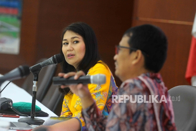 Vice President Corporate Communication Pertamina Wianda Pusponegoro (kiri).