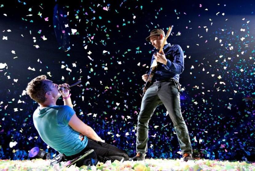 Vokalis Coldplay, Chris Martin (kiri) dan gitaris Jonny Buvkland beraksi dalam konser mereka di Edmonton, Alberta, Selasa (17/4) 2012.