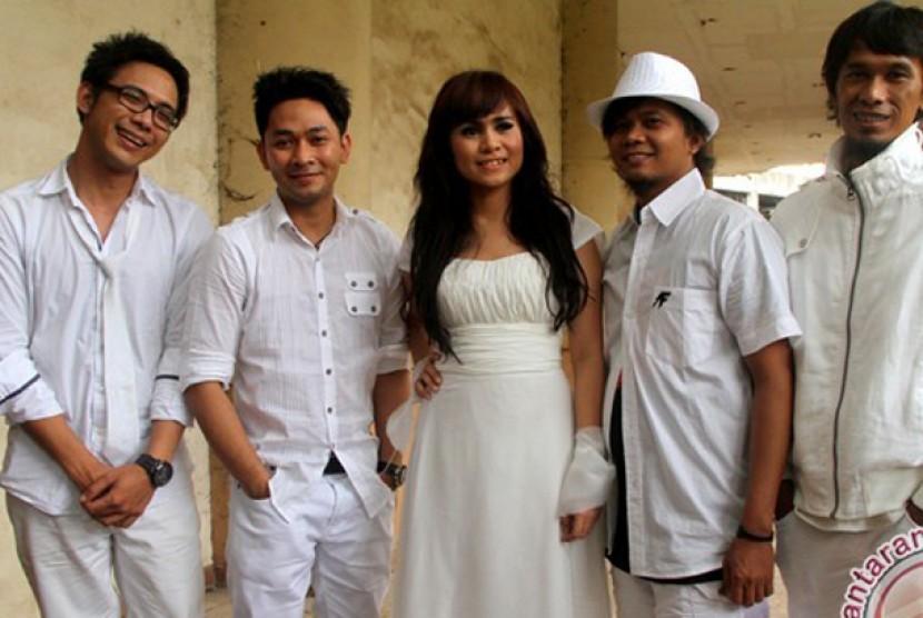 Vokalis grup band Geisha, Momo (tengah) bersama personel band Peterpan, Reza, David, Uki, dan Lukman usai melakukan syuting video klip lagu mereka di Cileungsi, Bogor.