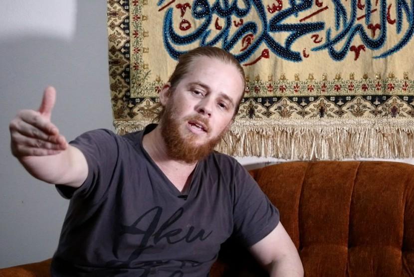 Vokalis grup musik Debu, Mustafa