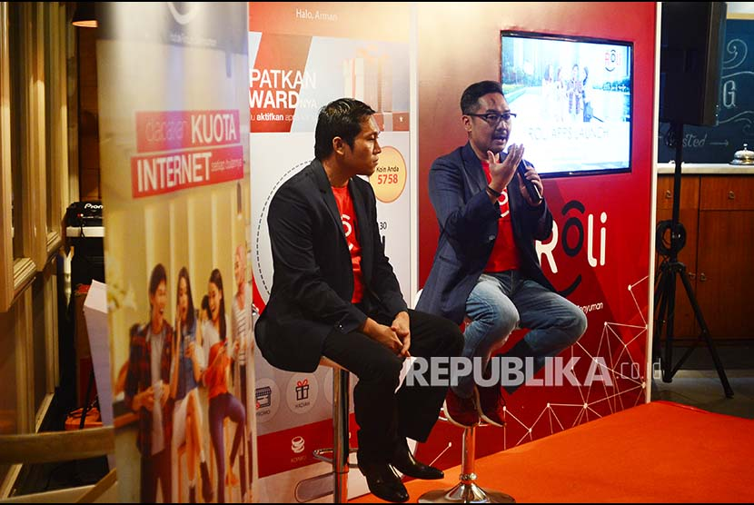 VP Digital Advertisng Telkomsel Harris Wijaya (kanan)menjelaskan aplikasi ROLi, saat peluncurannya, di Jakarta. Aplikasi berbasis Android yang menawarkan berbagai macam informasi tentang kuliner, bisnis, gadget, seni, fesyen, olahraga, sepakbola, kesehatan dan lain-lain (Ilustrasi)