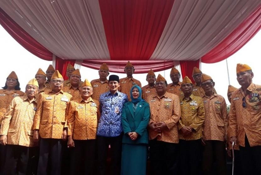 Wagub DKI Jakarta Sandiaga Uno berfoto bersama veteran usai upacara peringatan Hari Pahlawan
