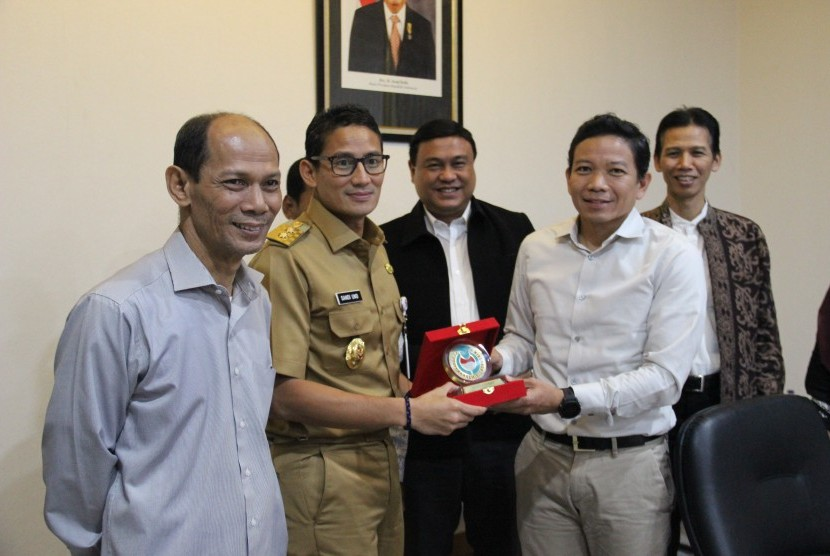 Wagub DKI Jakarta, Sandiaga Uno (kedua dari kiri) berfoto bersama rombongan Forum Akademisi Indonesia (FAI).