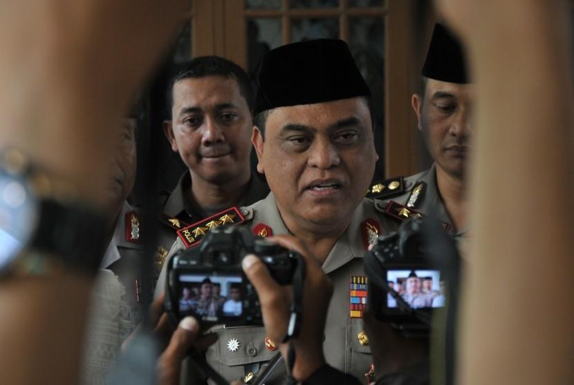 Wakapolri Komjen Pol. Syafruddin menjawab pertanyaan wartawan usai mengunjungi Ponpes Buntet di Astanajapura, Cirebon, Jawa Barat, Jumat (25/11).