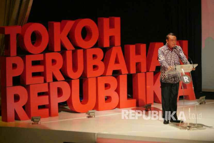Wakapolri Sjafruddin menerima penghargaan Tokoh Perubahan Republika 2017 saat malam penganugerahan Tokoh Perubahan Republika di Djakarta Theater, Jakarta Pusat, Selasa (10/4).