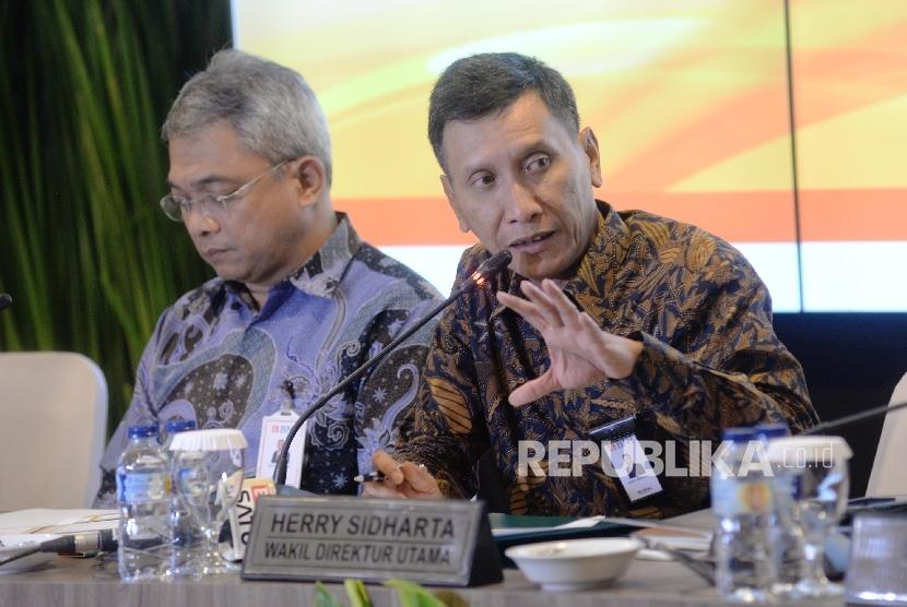 Wakil Direktur Utama BNI Herry Sidharta (kanan), dan Direktur Keuangan & Risiko Kredit Rico Rizal Budidarmo (kiri), bersama jajaran direksi memberikan keterangan pers seusai Paparan Kinerja Q3 tahun 2017 Bank Negara Indonesia (BNI), Jakarta, Kamis (12/10).