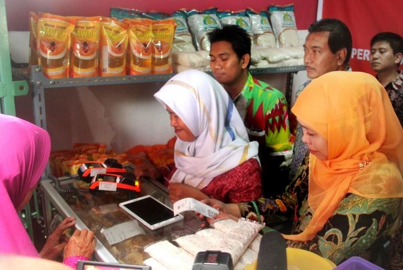 Wakil Dirut BNI Suprajarto (kedua kanan) bersama Menteri Sosial Chofifah Indar Parawansa (kanan) melihat bantuan sosial nontunai yang diwujudkan dalam bentuk barang modal usaha saat peluncuran warung KUBE (Kelompok Usaha Bersama) di Curug, Serang, Banten,