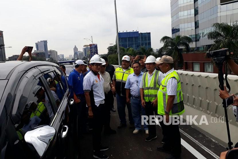 Wakil Gubernur DKI Jakarta Sandiaga Salahuddin Uno mengecek flyover Pancoran, Jakarta Selatan, Ahad (14/1). Lokasi ini akan diuji coba besok (15/1).