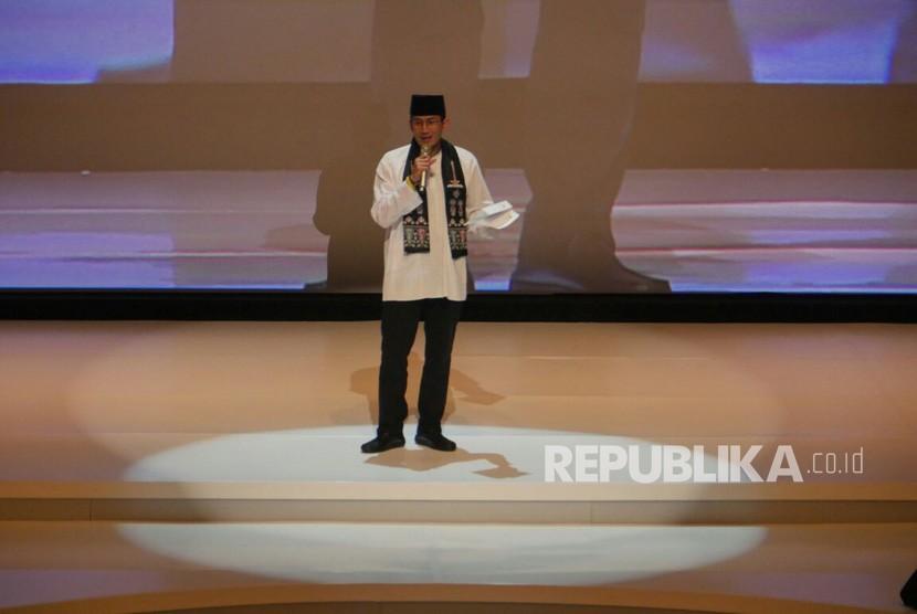 Wakil Gubernur DKI Jakarta Sandiaga Uno berpantun saat Acara penganugerahan Tokoh Perubahan Republika di Djakarta Theater, Jakarta Pusat, Selasa (10/4).