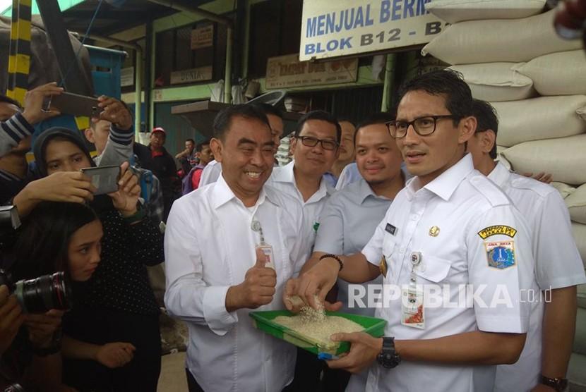 Wakil Gubernur DKI Jakarta Sandiaga Uno saat melakukan pengecekan pasokan beras di Food Stastion Tjipinang Jaya.