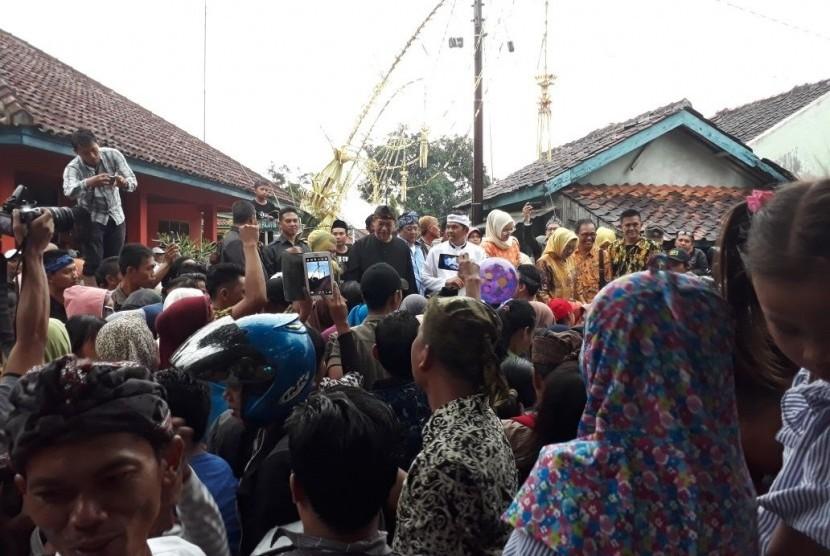 Wakil Gubernur Jabar Deddy Mizwar dan Bupati Purwakarta Dedi Mulyadi di tengah kerumunan warga  di Kampung Sukadaya, Desa Sukasari, Kecamatan Dawuan, Subang, Selasa (2/1)