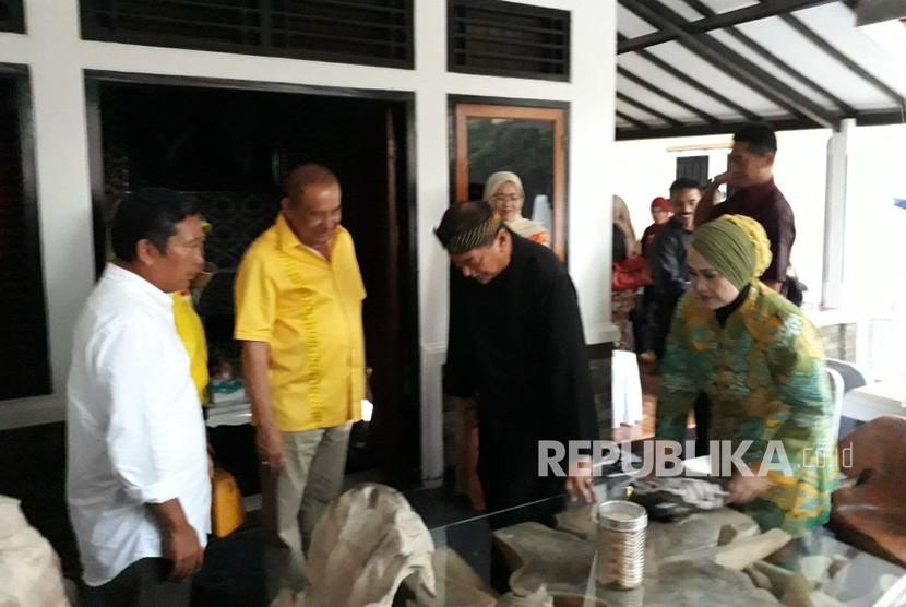 Wakil Gubernur Jabar Deddy Mizwar melakukan kunjungan balasan ke kediaman pribadi Bupati Purwakarta Dedi Mulyadi, di Kampung Sukasari, Desa Sukadaya, Kecamatan Dawuan, Subang, Selasa (2/1).
