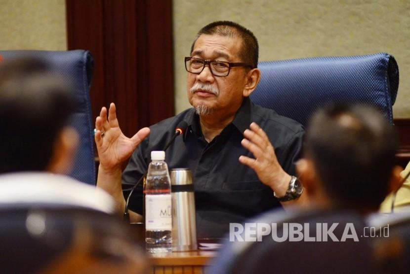 Wakil Gubernur Jabar Deddy Mizwar menjelaskan tentang rencana 'Ciletuh Palabuhanratu Geopark Festival (CGF) 2016' di Gedung Sate, Kota Bandung, Selasa (16/8). (Republika/Edi Yusuf)