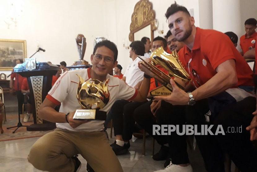 Wakil Gubernur Jakarta Sandiaga Uno dan Pemain Persija Jakarta Marco Simic di Balai Kota Jakarta Pusat,  Ahad (18/2).