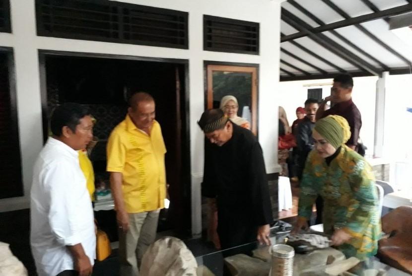Wakil Gubernur Jawa Barat Deddy Mizwar melakukan kunjungan balasan ke kediaman pribadi Bupati Purwakarta Dedi Mulyadi di Kampung Sukasari, Desa Sukadaya, Kecamatan Dawuan, Subang, Selasa (2/1)