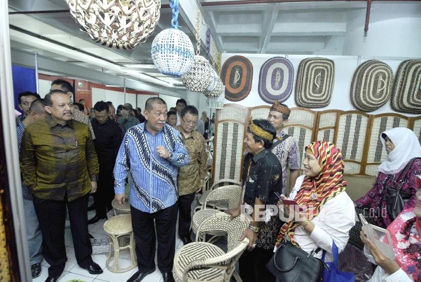 Wakil Gubernur Jawa Barat Deddy Mizwar meninjau salah satu stand produk rotan Cirebon saat pembukan Coopretive Fair 2016, di Gedung Banceuy, Jl Cikapundung Barat, Kota Bandung, Rabu, (10/8).