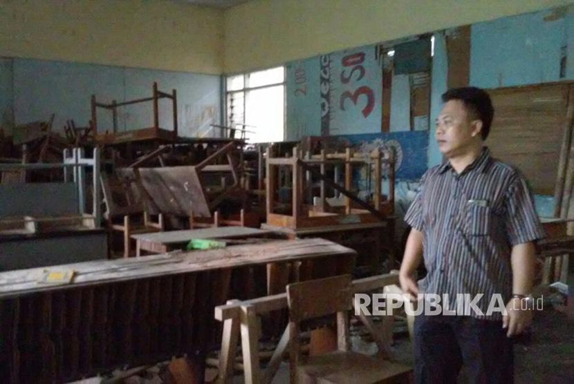 Wakil Kepala Sekolah Bagian Kesiswaan SMA-SMK 2 Pasundan, Kota Tasikmalaya, Unang Sudarso tengah menyaksikan ruang kelas yang tak lagi digunakan akibat rusak (Ilustrasi)