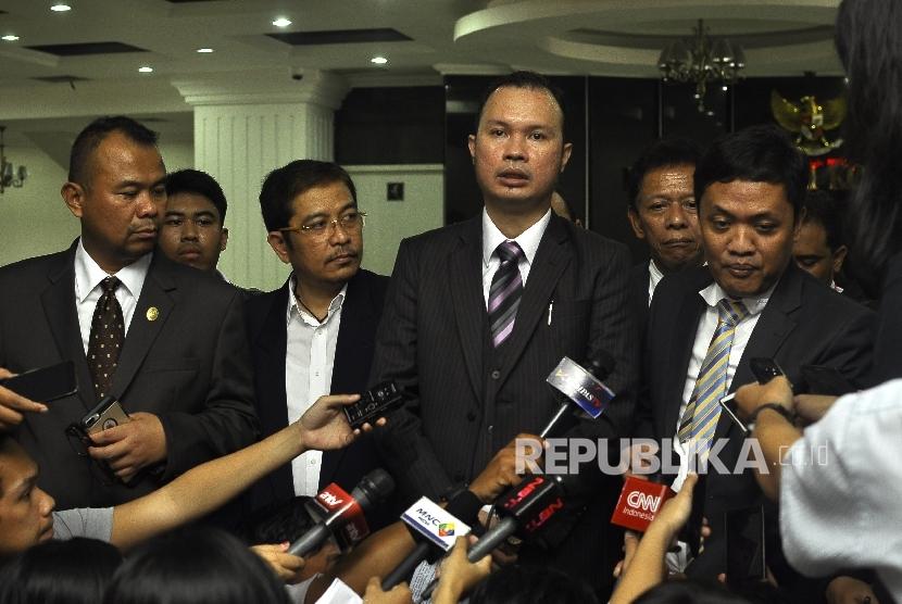 Wakil Ketua Advokat Cinta Tanah Air (ACTA) Hendarsam Marantoko (tengah).