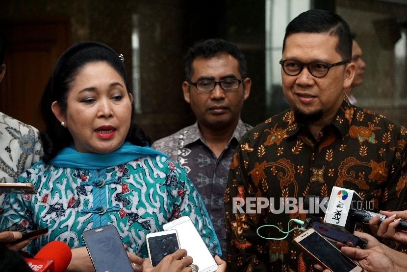 Wakil Ketua Dewan Pakar DPP Golkar Titiek Soeharto bersama Ketua Generasi Muda Partai Golkar (GMPG) Ahmad Doli Kurnia menjawab pertanyaan seusai melakukan pertemuan di Jakarta, Jumat (11/8).