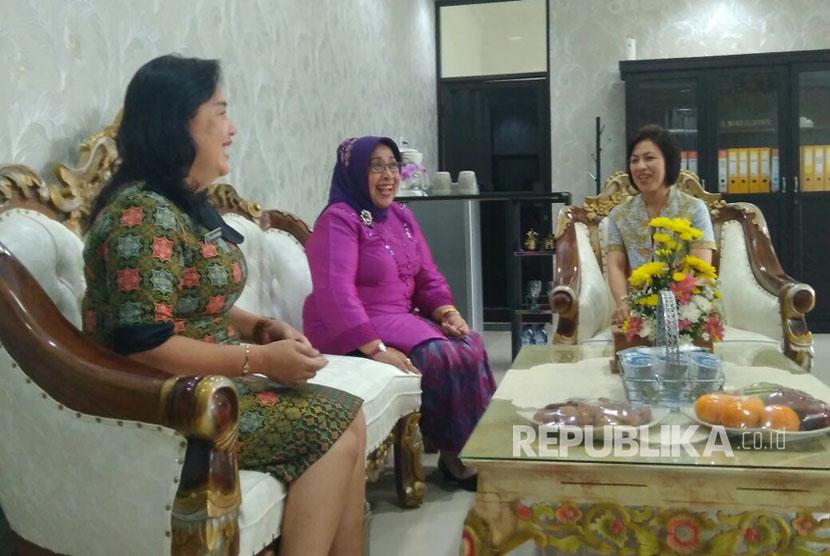 Wakil Ketua DPD RI Darmayanti Lubis melakukan kunjungan kerja ke Tomohon, Sulawesi Selatan. Dalam kunjungannya, Darmayanti memberikan materi tentang Pemberdayaan Perempuan dan Perlindungan Anak dalam Kerangka Ketahanan Keluarga. Kamis (28/9).