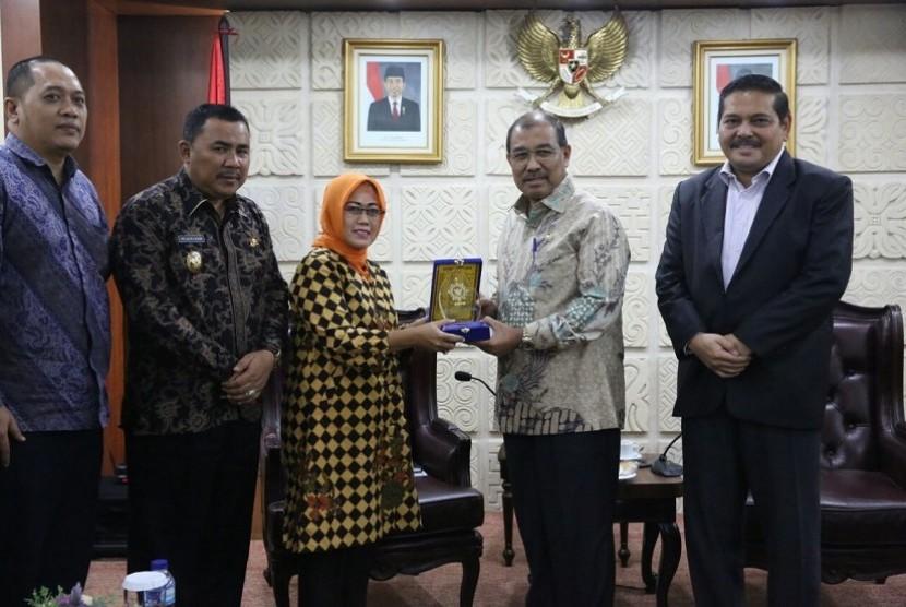 Wakil Ketua DPD RI, Nono Sampono menerima delegasi Asosiasi Daerah Penghasil Migas (APDM), di Ruang Delegasi Pimpinan DPD RI.
