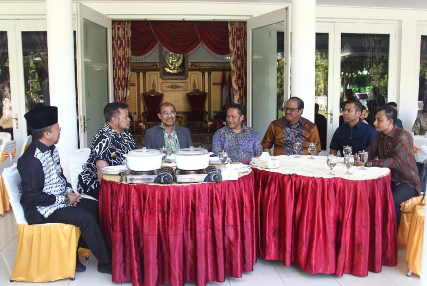 Wakil Ketua DPD RI Nono Sampono menggelar pertemuan dengan Gubernur Sulawesi Selatan Syahrul Yasin Limpo Jumat (6/10).