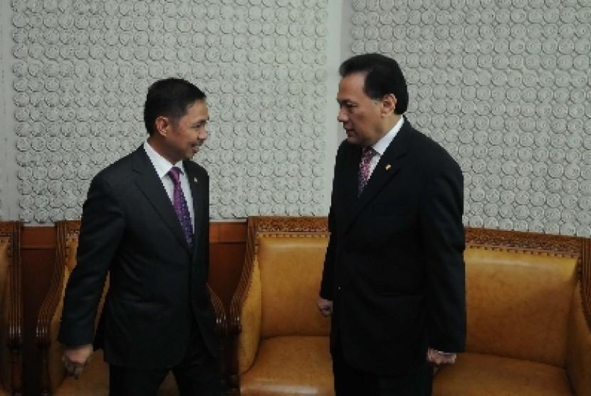 Wakil ketua DPR Anis Matta (kiri), Menkeu Agus Martowardojo (kanan) berbincang sebelum sidang Paripurna di gedung Parlemen, Senayan, Jakarta.