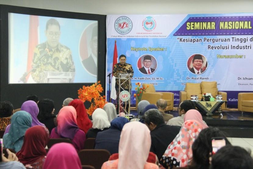 Wakil ketua DPR Fadli Zon  saat menjadi pembicara di Seminar Pendidikan di kampus BSI.