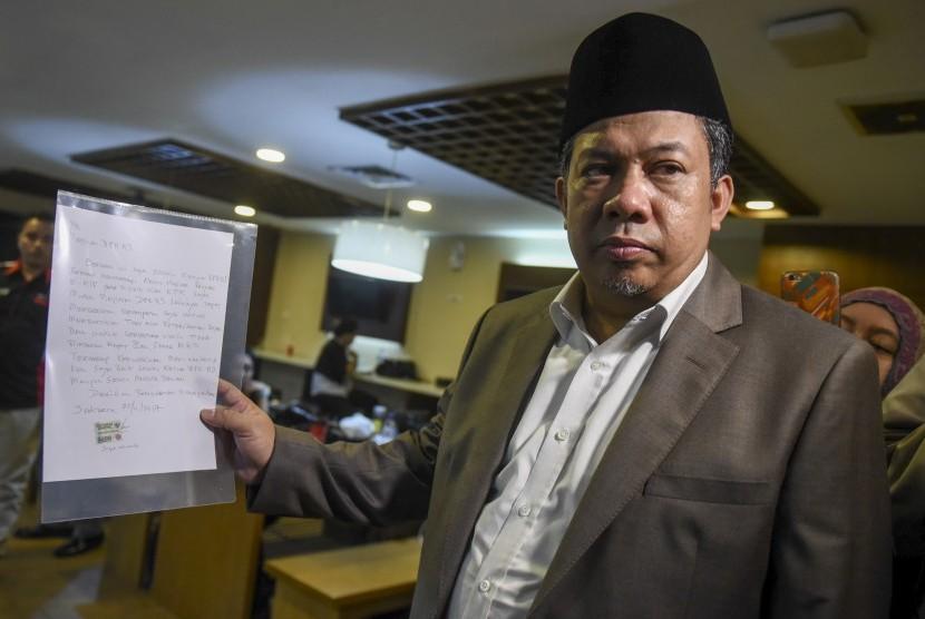 Wakil Ketua DPR Fahri Hamzah menunjukan surat bertanda tangan Ketua DPR Setya Novanto yang dikirim kepada pimpinan DPR, di Kompleks Parlemen, Senayan, Jakarta, Rabu (22/11).