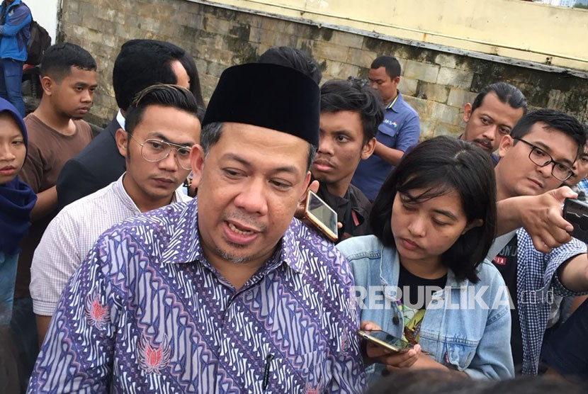 House of Representatives deputy chairman Fahri Hamzah files a police report against PKS President Sohibul Iman at Jakarta Metro Police headquarters, Thursday (March 8).