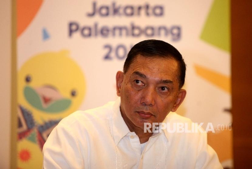 Wakil Ketua INASGOC Letnan Jenderal TNI (Purn) Sjafrie Sjamsoeddin saat berbincang dengan awak media jelang buka puasa bersama di Jakarta, Ahad (6/4).