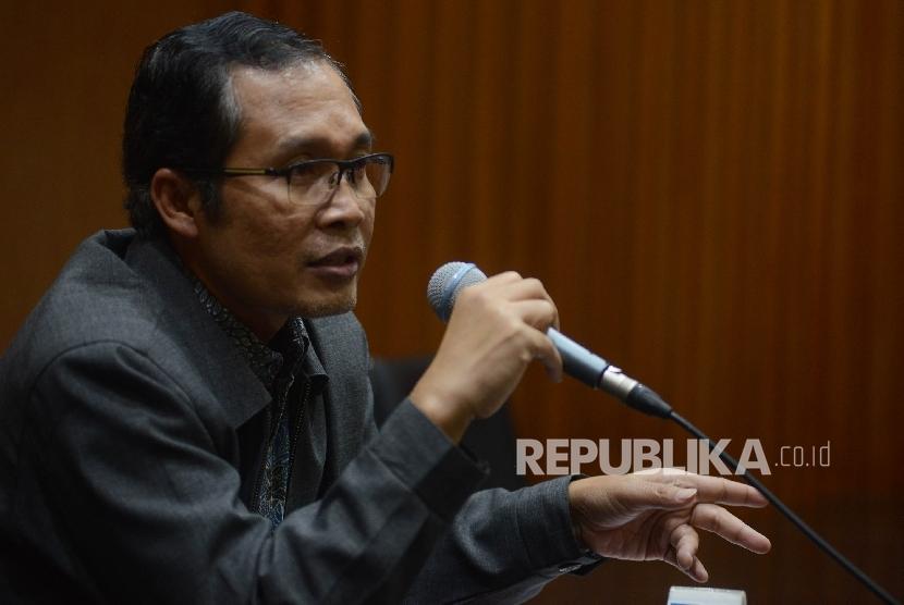 Wakil Ketua Komisi Pemberantasan Korupsi (KPK) Alexander Marwata memberikan keterangan kepada awak media terkait penetapan tersangka baru kasus dugaan korupsi E-KTP di Gedung Merah Putih KPK, Jakarta, Kamis (23/3)
