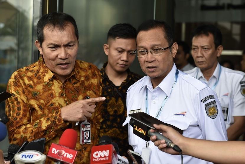 Wakil Ketua Komisi Pemberantasan Korupsi (KPK) Saut Situmorang (kiri) bersama Direktur Utama PT Kereta Api Indonesia (KAI) Edi Sukmoro (kedua kanan) menyampaikan keterangan kepada wartawan usai bertemu dengan pimpinan KPK di Gedung Merah Putih KPK, Jakarta, Jumat (3/11).