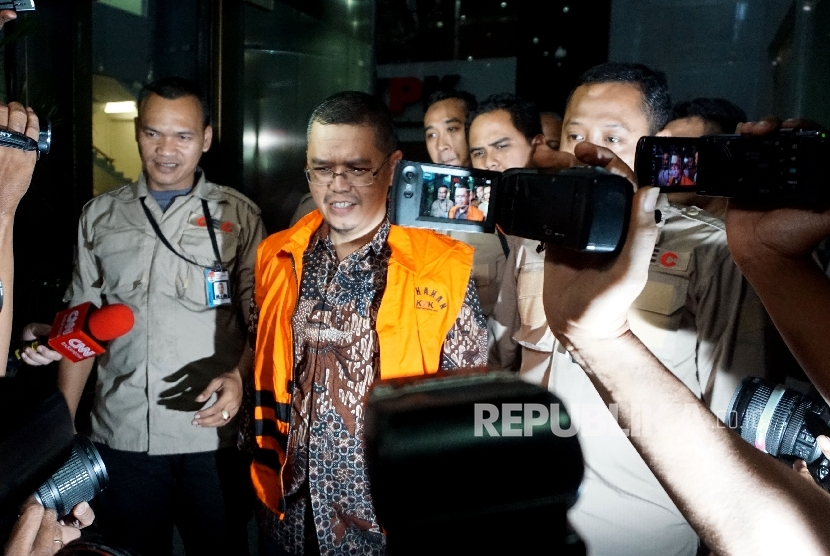 Wakil Ketua Komisi V DPR Fraksi PKS Yudi Widiana Adia mengenakan rompi tahanan KPK seusai diperiksa di gedung KPK, Jakarta, Rabu (19/7).
