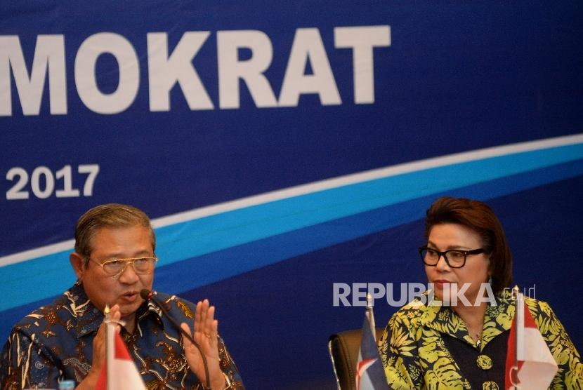 Wakil Ketua KPK Basaria Panjaitan (kanan) bersama Ketua Umum Partai Demokrat Susilo Bambang Yudhoyono saat melakukan diskusi di Kantor DPP Partai Dmeokrat, Jakarta, Rabu (13/9).