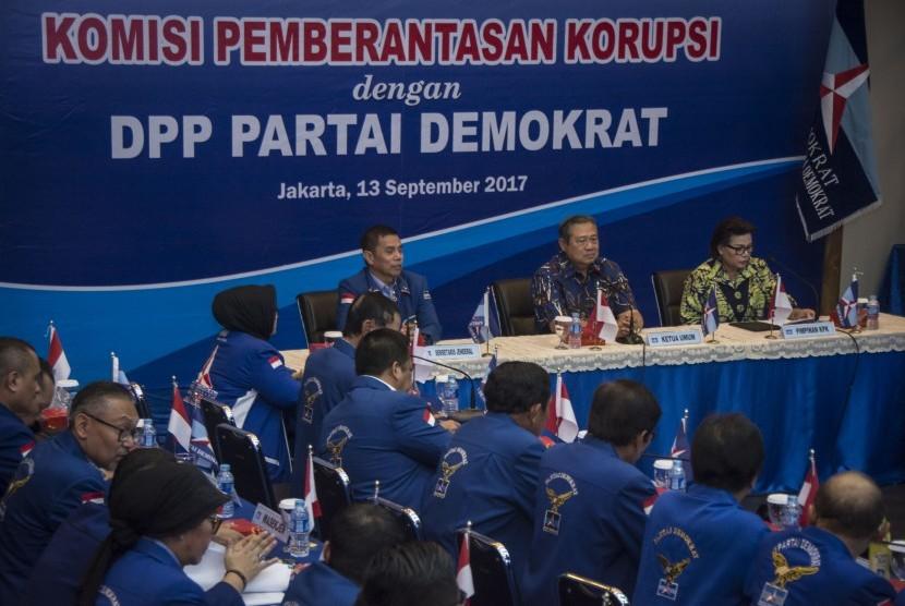 Wakil Ketua KPK Basaria Panjaitan (kanan), Ketua Umum Partai Demokrat Susilo Bambang Yudhoyono (tengah) didampingi Sekjen Partai Demokrat Hinca IP Pandjaitan XIII (kiri) saat melakukan diskusi di Kantor DPP Partai Dmeokrat, Jakarta, Rabu (13/9).