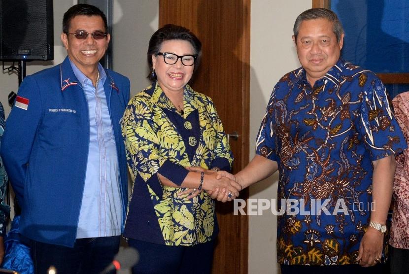 Wakil Ketua KPK Basaria Panjaitan (tangah) bersalaman dengan Ketua Umum Partai Demokrat Susilo Bambang Yudhoyono (kanan) didampingi Sekjen Partai Demokrat Hinca Pandjaitan (kiri) saat melakukan diskusi di Kantor DPP Partai Dmeokrat, Jakarta, Rabu (13/9).