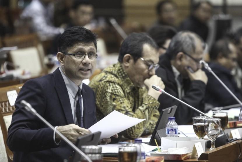 Wakil Ketua KPK Laode Muhammad Syarif (kiri) menyampaikan tanggapan bersama Ketua Komisi Pemberantasan Korupsi (KPK) Agus Rahardjo (kanan) dan Wakil Ketua KPK Saut Situmorang (tengah) saat mengikuti rapat dengar pendapat dengan Komisi III DPR di Komplek Parlemen, Jakarta, Selasa (13/2).