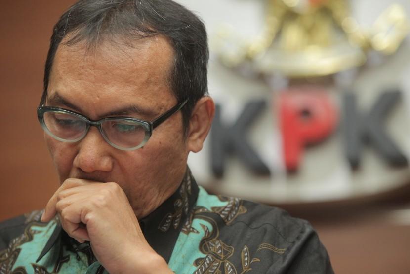 Wakil Ketua KPK Saut Situmorang memberikan keterangan kepada media terkait penetapan tersangka kepada mantan Bupati Konawe Utara Aswad Sulaiman di gedung KPK, Jakarta, Selasa (3/10).