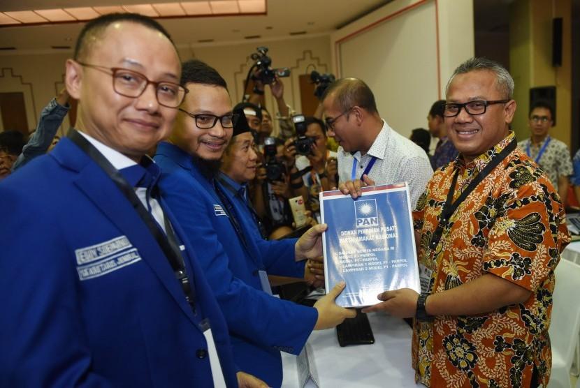 Wakil Ketua Umum PAN Hanafi Rais (kedua kiri) didampingi Sekjen Eddy Soeparno (kiri) menyerahkan berkas pendaftaran partai kepada Ketua KPU Arief Budiman (kanan) di KPU Pusat, Jakarta, Jumat (13/10). PAN secara resmi mendaftar sebagai peserta Pemilu 2019.