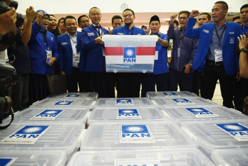 Wakil Ketua Umum PAN Hanafi Rais (tengah) didampingi Sekjen Eddy Soeparno (tengah kiri) menunjukkan berkas pendaftaran Pemilu 2019 di KPU Pusat, Jakarta, Jumat (13/10). PAN secara resmi mendaftar sebagai peserta Pemilu 2019.